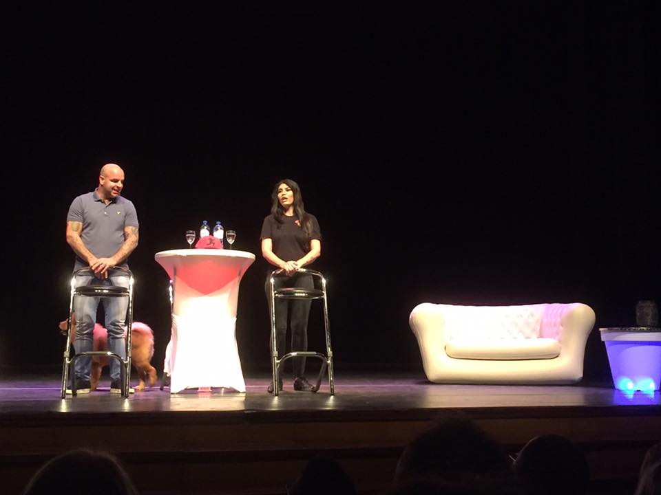 Theatershow Andy en Melisa met onze chesterfield bank